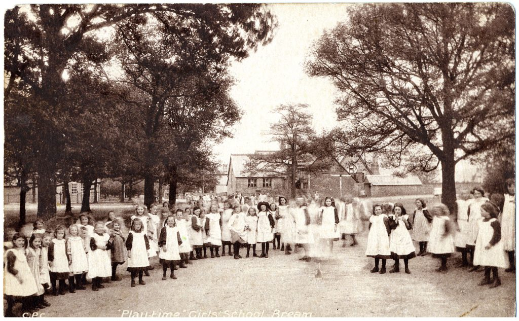 A photo from around 1910 showing school girls in the street in Bream
