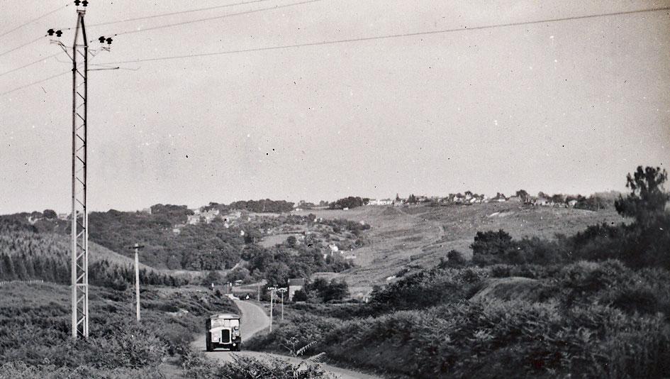 A photo showing a Bristol Blue bus ascending Prosser's Pitch.